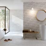 светлая плитка в дизайне ванной